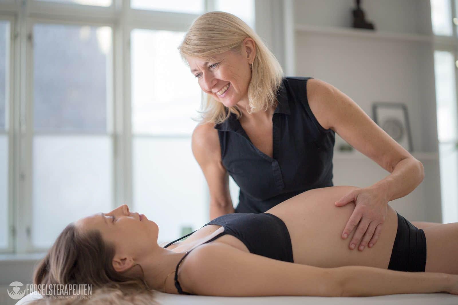 Fødselshjælperen Izabella underviser på doula uddannelsen