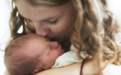 Kvinder hjælper kvinder – børnefødsler i gamle dage og nu